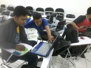 Pak Marjiyanto sedang membantu Slamet